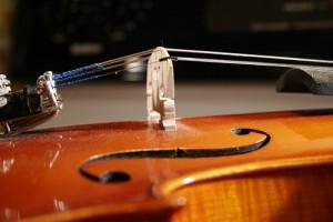 Entretien violon: vérifier la position du chevalet.